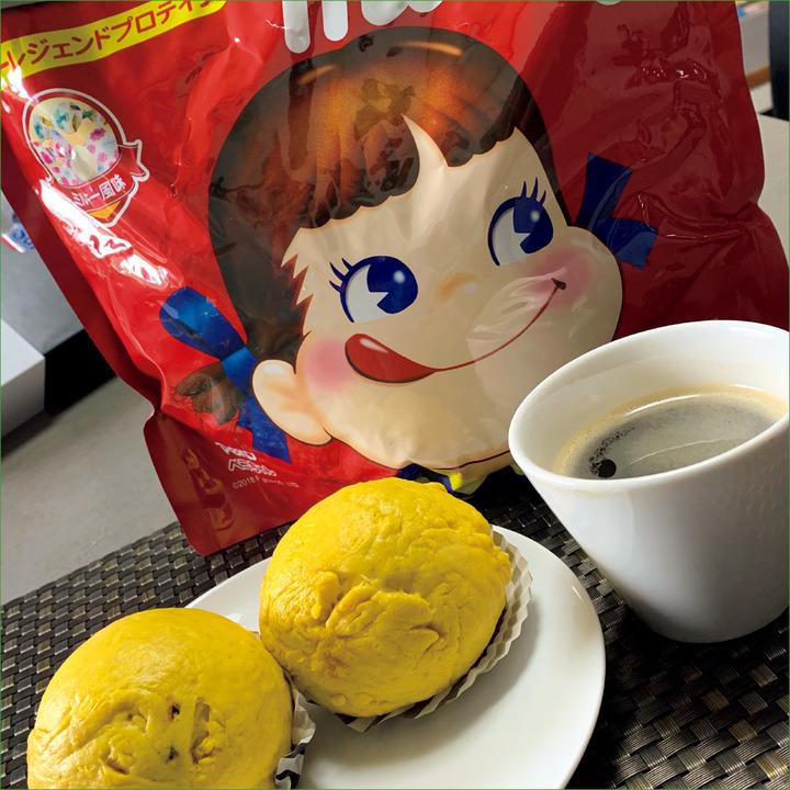 AM 9:00、間食<br />手作りのカボチャ蒸しパンケーキ、プロテイン20 g、コーヒー。
