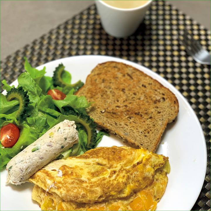 AM 6:00、朝食<br />卵白6個分と全卵1個のオムレツ、鶏胸肉のソーセージ50gほど、サラダ、全粒粉トースト1枚、コーヒー。