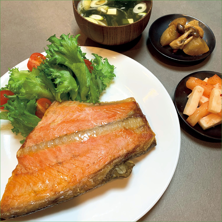 PM 6:00、夕食<br />サーモン180g、サラダ、味噌汁。